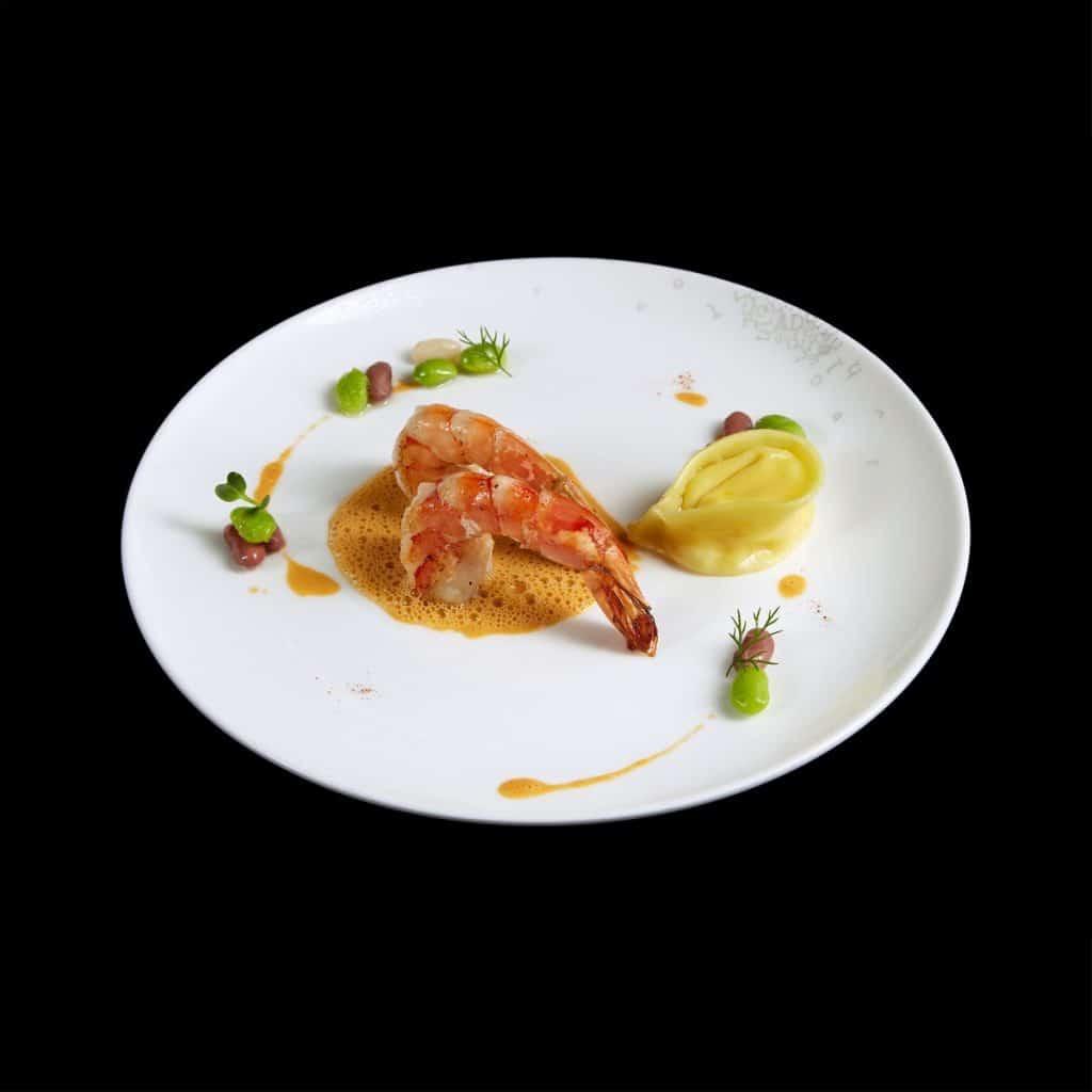 MS02 Tôm hoàng đế đốt rượu với bánh xếp nhân sò điệp đậu hà lan và sốt tôm hùm (Copy)